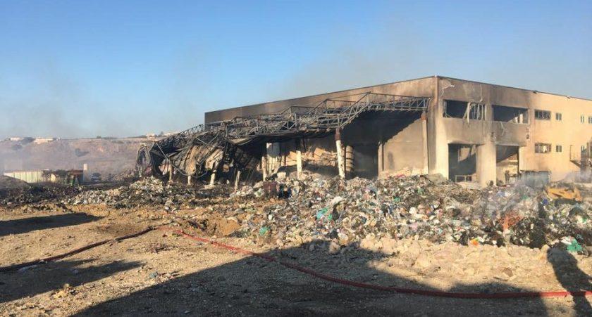 Alcamo-incendio-spento-piattaforma-rifiuti-DAngelo-2-960x516