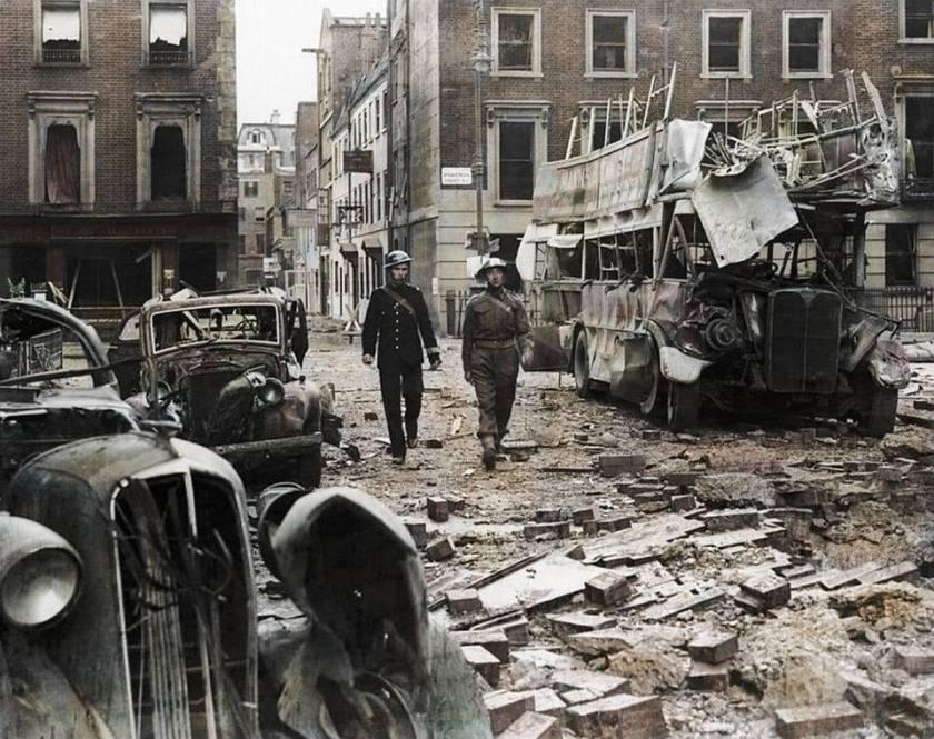 Un poliziotto e un soldato ispezionano Portman Street a Marylebone 3abe5180d53d